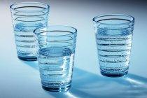 Tre bicchieri di acqua chiara — Foto stock