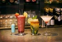 Различные тропические коктейли — стоковое фото