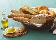 Ассорти из хлеб и булочки — стоковое фото