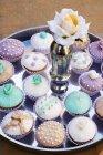 Gâteaux dans un plat en argent — Photo de stock