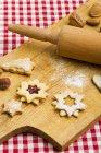 Closeup vista biscoitos sortidos na placa de madeira — Fotografia de Stock