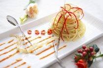 Spaghetti avec sauce et poivrons — Photo de stock