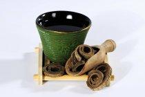 Corteza de magnolia con un té - foto de stock
