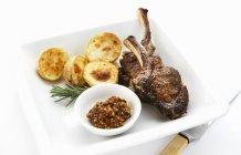 Costolette di agnello con patate al forno — Foto stock