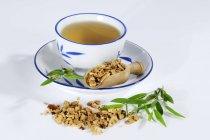 Té con fruta de árbol de pagoda seca - foto de stock