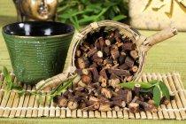 Té y raíz seca - foto de stock
