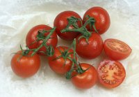 Red Tomatoes on vine — Stock Photo
