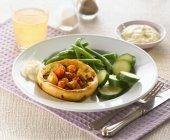 Yorkshire Pudding gefüllt mit gebratenem Gemüse — Stockfoto