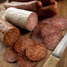 Salami en rodajas y entero - foto de stock