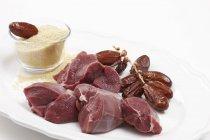 Detailansicht von Wildfleisch mit Datteln und Körner in Glasschale — Stockfoto
