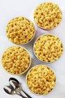 Ciotole di maccheroni e formaggio e cucchiai — Foto stock