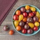 Cultivada tomates en un recipiente de Maine - foto de stock