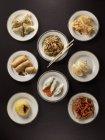 Vista superior de varios platos asiáticos en superficie negra - foto de stock