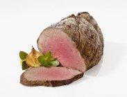 Carni bovine arrosto parzialmente affettate — Foto stock