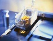 Puces dégoulinant sur plus à l'intérieur de cuisine — Photo de stock