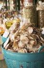 Vista di giorno dei prodotti di frutti di mare essiccati in cesti di mercato — Foto stock