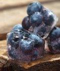 Eiswürfel mit Blaubeeren — Stockfoto