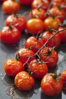 Cherry-Tomaten auf dem Backblech im Ofen zubereitete — Stockfoto