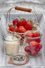 Клубника в корзину и сахар в миске — стоковое фото