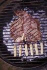 T-bone steak et saucisses — Photo de stock