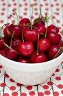 Свежие вишни в миске — стоковое фото