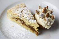 Porción de tarta de almendra - foto de stock