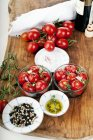 Конфі помідори в оливкова олія з лимонним чебрецю і бальзамічним оцтом — стокове фото