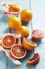 Arance fresche con metà — Foto stock