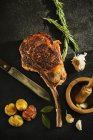 Tomahawk steak aux pommes de terre — Photo de stock