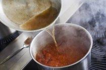 Vorbereitung der Sauce auf Teller — Stockfoto
