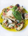 Pesce e cozze con aglio — Foto stock