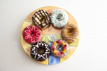 Surtido de rosquillas en plato - foto de stock