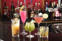 Различные коктейли в баре — стоковое фото
