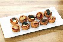 Erhöhter Blick auf verschiedene Mini-Torten auf weißem Teller — Stockfoto