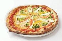 Brokkoli mit Zucchini und Paprika pizza — Stockfoto