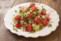 Wassermelonen-Salat mit Gurke und Tofu serviert — Stockfoto