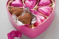 Chocolates en caja en forma de corazón - foto de stock