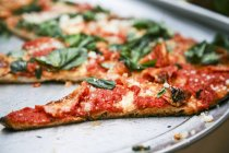 Pizza Margherita tranchée — Photo de stock