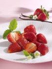 Frische Erdbeeren und Vanilleschoten — Stockfoto