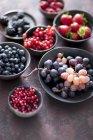 Beeren und Trauben in Schalen — Stockfoto