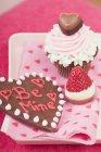 Кекс і шоколад ближнього полуниці — стокове фото