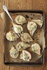 Печеными грушами с сыром — стоковое фото