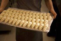 Bandeja de croissants sin cocer - foto de stock