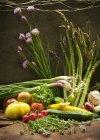 Vegetales de jardín fresco en la superficie de madera - foto de stock