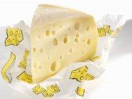 Pedazo de queso emmental - foto de stock