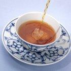 Tè di versamento nella tazza di fantasia — Foto stock