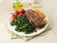 Bistecca di manzo con spinaci — Foto stock