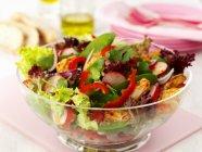 Ciotola di insalata di pollo tailandese in vetro sopra la scrivania rosa su superficie bianca — Foto stock