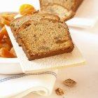 Primo piano vista di albicocca e noce affettato pane — Foto stock