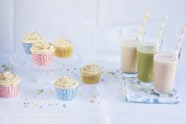 Smoothies and cupcakes for party — Stock Photo